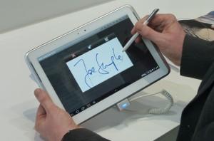 Firma elettronica digitale fatta su tablet